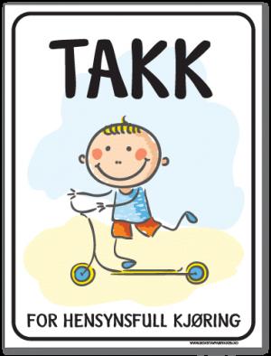 Barn leker skilt med blid gutt på sparkesykkel