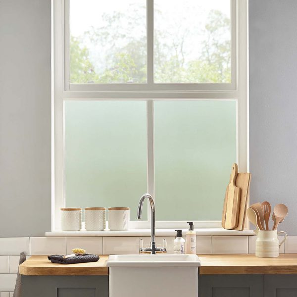 Miljøbilde av et kjøkkenvindu. Kjøkkenvinduet er frostet med vindusfolie frost uten motiv.