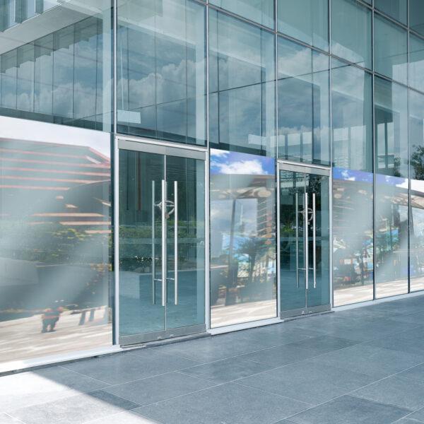 Bilde av speilfilm montert på næringsbygg med store vindusflater.