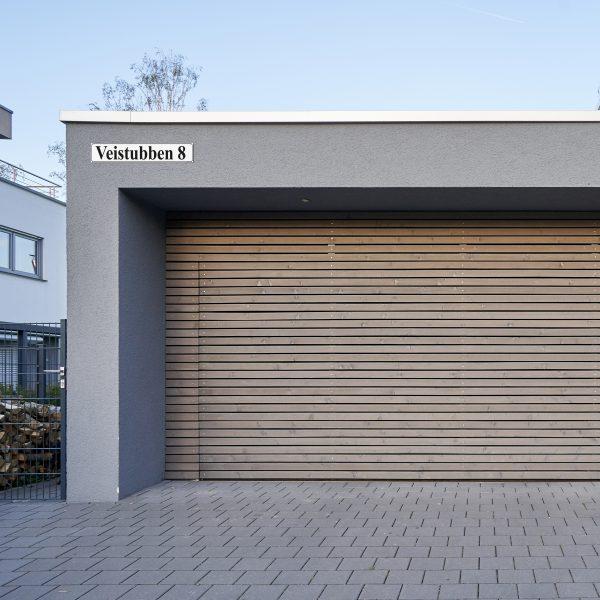 Bilde av en fasade med et gateskilt.