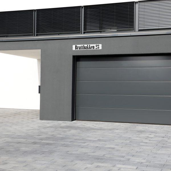 Bilde av en garasje med fokus på produktet gateskilt.