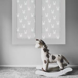 Bilde av et vindu på et barnerom. Vinduet er foliert med en frostet vindusfolie. Folien har små kaniner på seg.