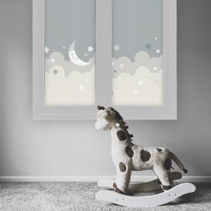 Bilde av et barnerom. Barnerommet har et frostet vindu. Vindusfolien har barnemotiv med skyer, en måne og stjerner. Rommet og folien er i duse farger.