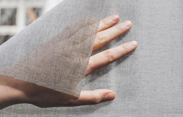 Nærbilde av tekstil vindusfolie.