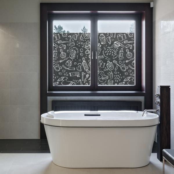 Bilde av et bad. Over et badekar er et vindu med folie. På vindusfolien er det tegninger av baderomsartikler som tannbørste, dusjhode, kremer osv.
