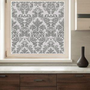 Bilde av et kjøkken med fokus på vinduet. Vinduet har en frostet og mønstret vindusfolie.