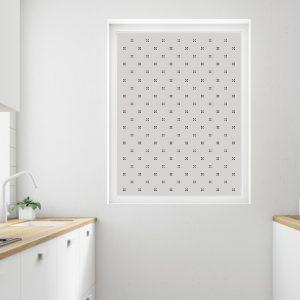 Bilde av et kjøkken med fokus på et vindu dekorert med vindusfolie.