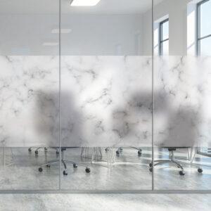 Vindusfolie forst i marmormønster. Montert på glassruten i et kontorlandskap.