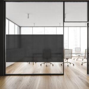 Tekstil vindusfolie montert i kontorlandskap.