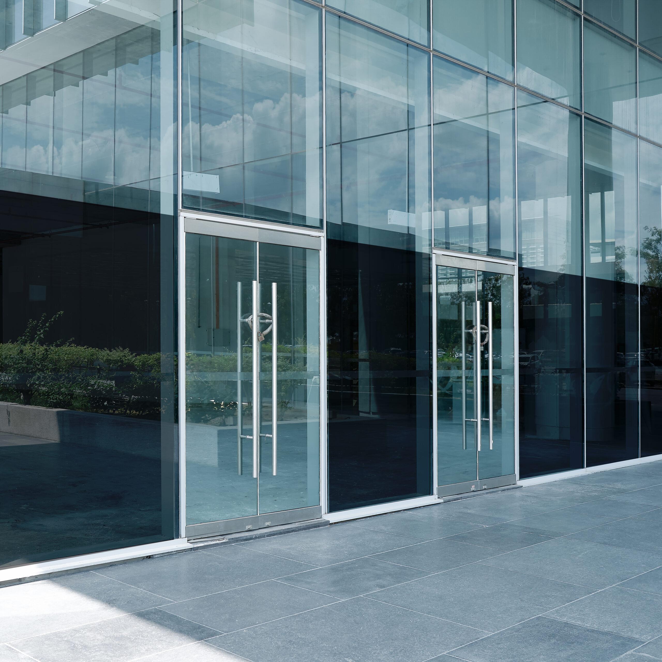 Solfilm montert på fasade.