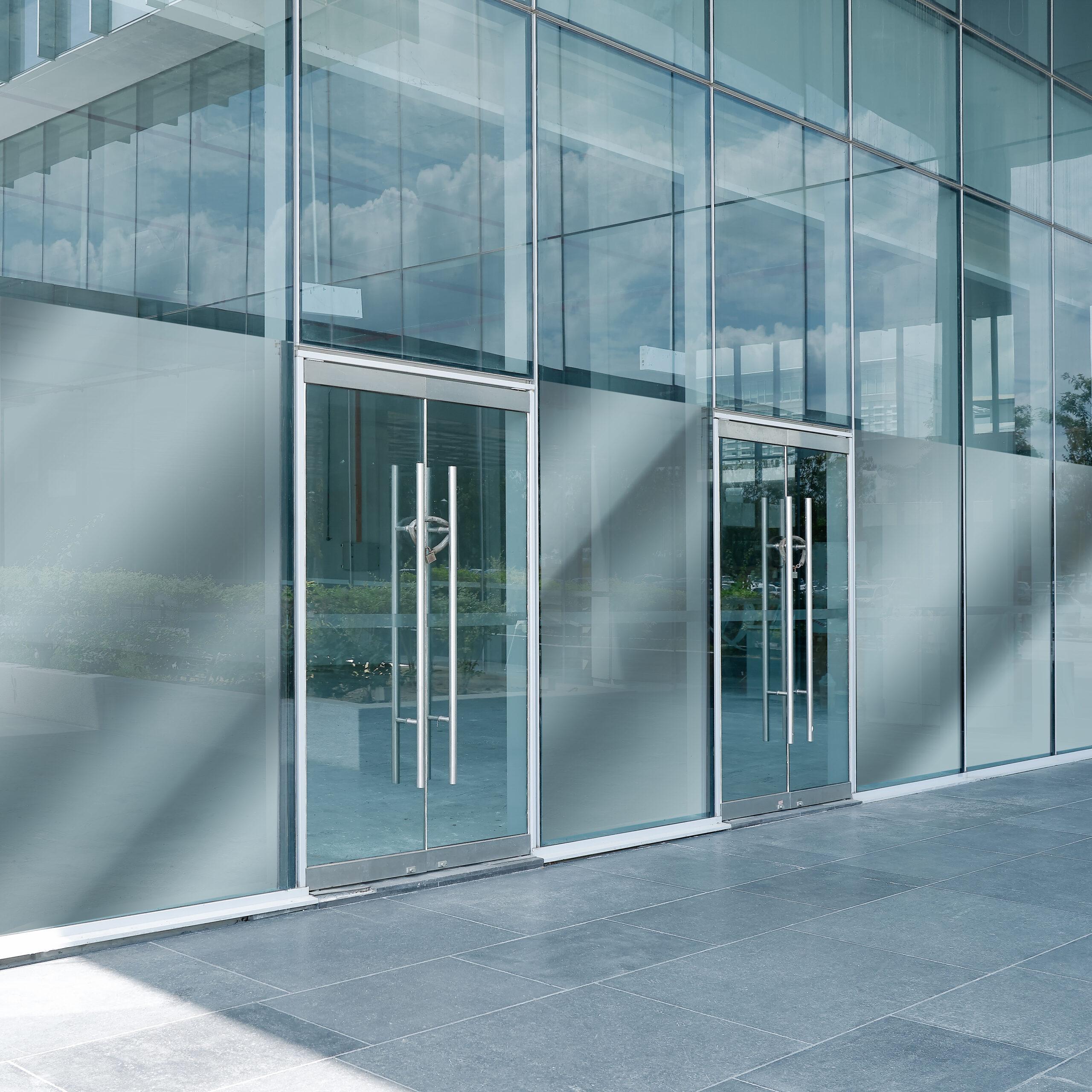 Speilfilm montert på vinduersfasade.