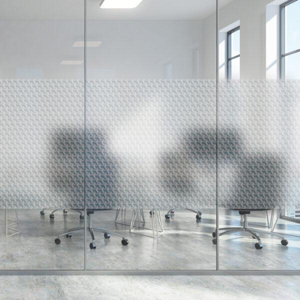Vindusfolie struktur montert på glassrute i kontorlandskap.