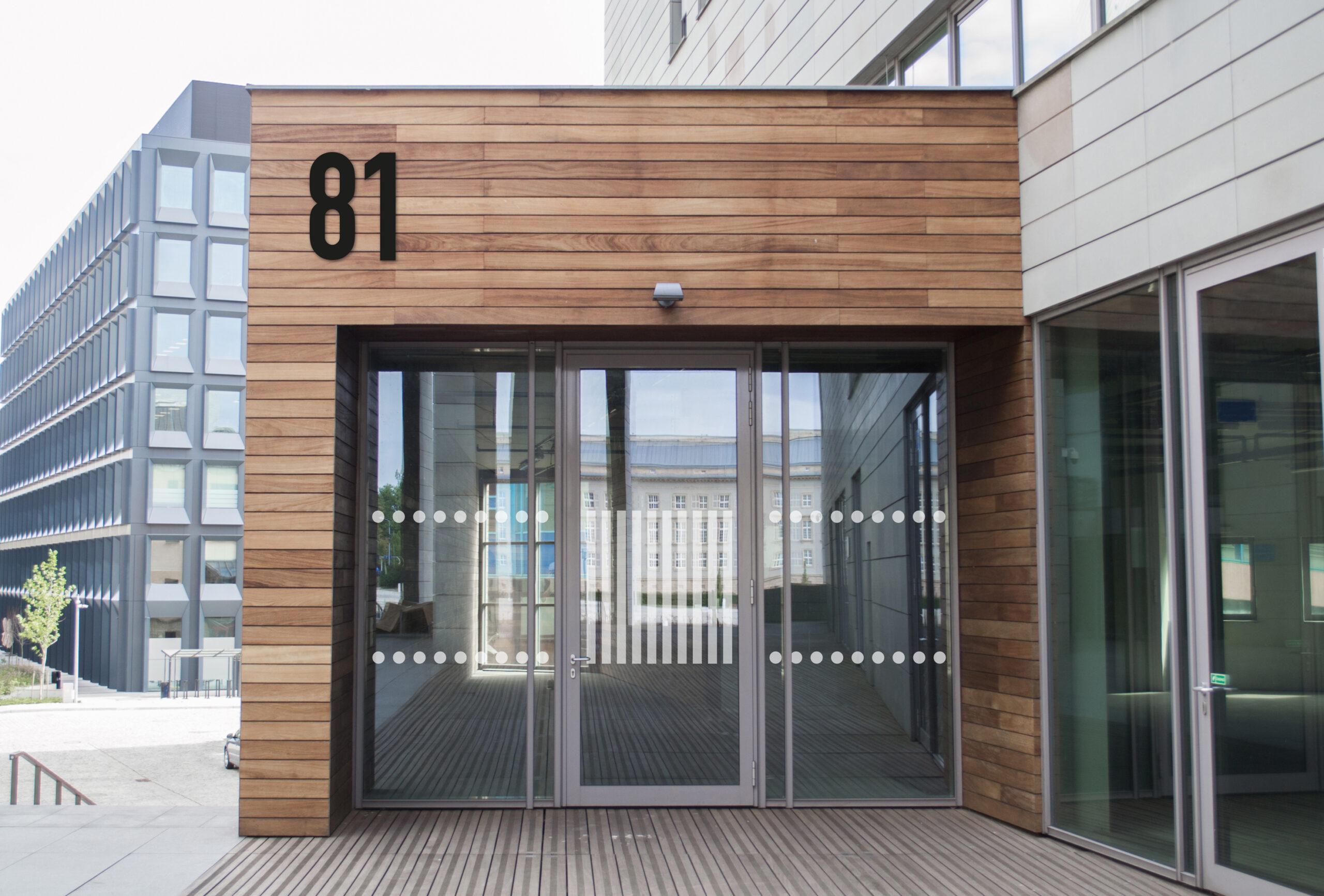 Store sorte husnummer på en husvegg.