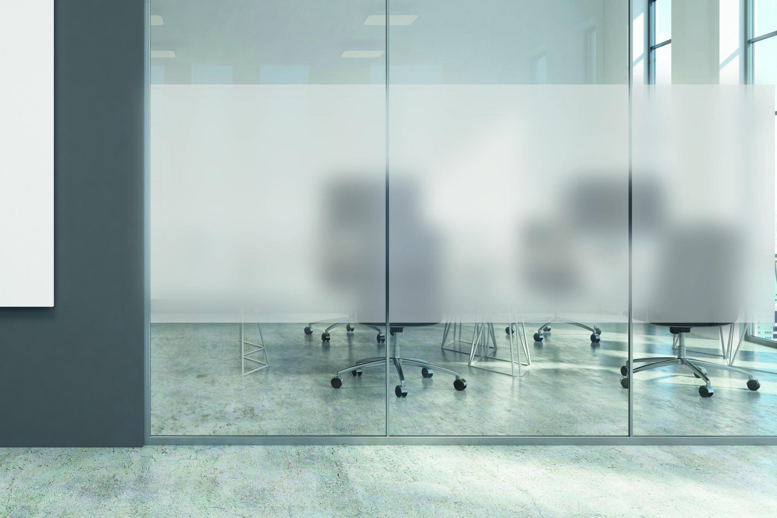 Kontorlandskap med frostede glassruter.