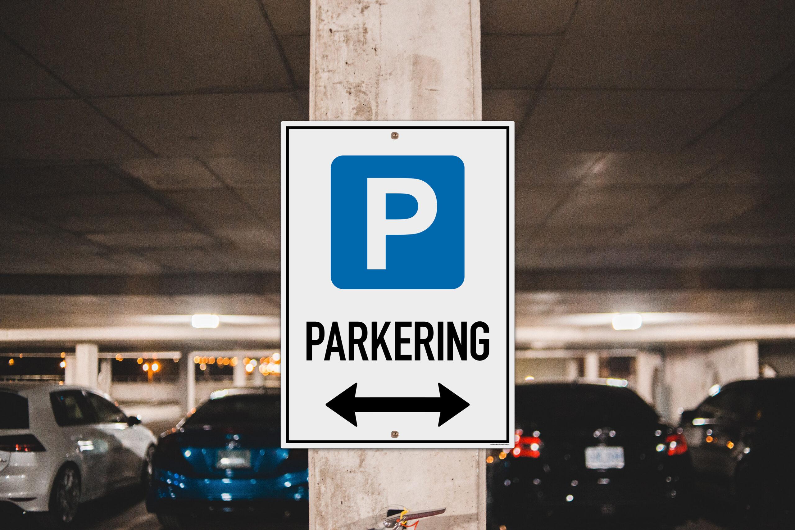 Bilde av et parkeringsskilt på veggen i et parkeringshus.