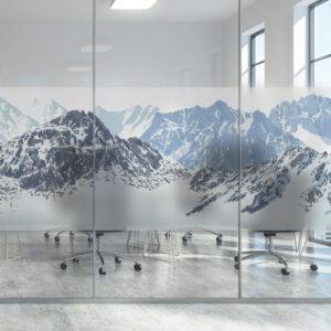 Vindusfolie frost montert på en glassrute i et kontorlandskap.